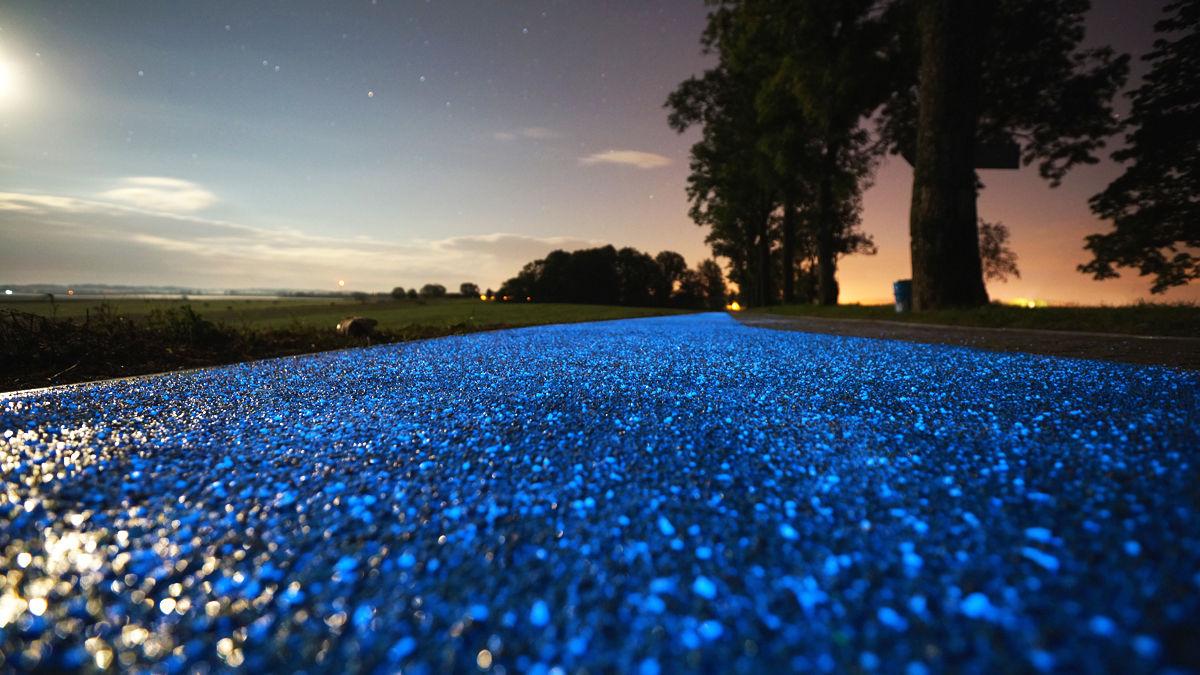 日中の太陽光を蓄えて、夜道を青白く照らすエコフレンドリーな「自転車ロード」