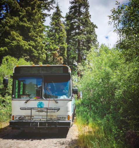 1年で12ヶ国を旅した家族。帰国して選んだ住まいはなんと「市民バス」だった