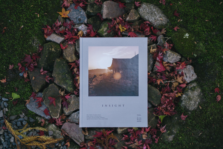 「内から見た清水寺」をテーマとする写真展が開催中。夜の特別拝観と合わせて楽しみたい。