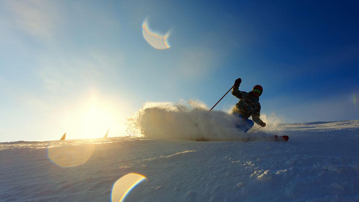 雪山の崖から一気にジャンプ!大自然のスキーを疑似体験できるGoPro映像