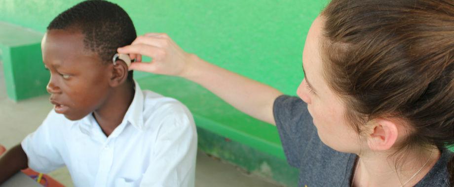 「太陽光で充電できる補聴器」を世界中に届ける、18歳のスタンフォード大生