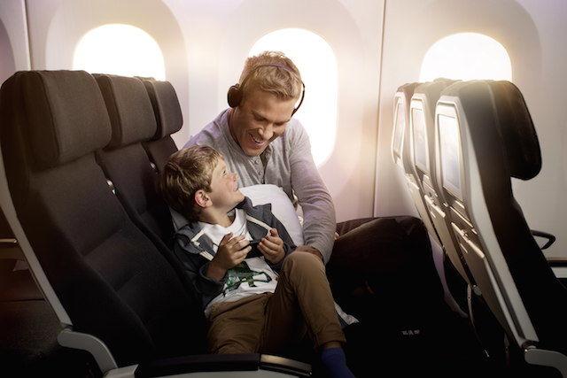 エコノミークラスなのに、こんなにも快適。横になって眠れる座席「スカイカウチ」。