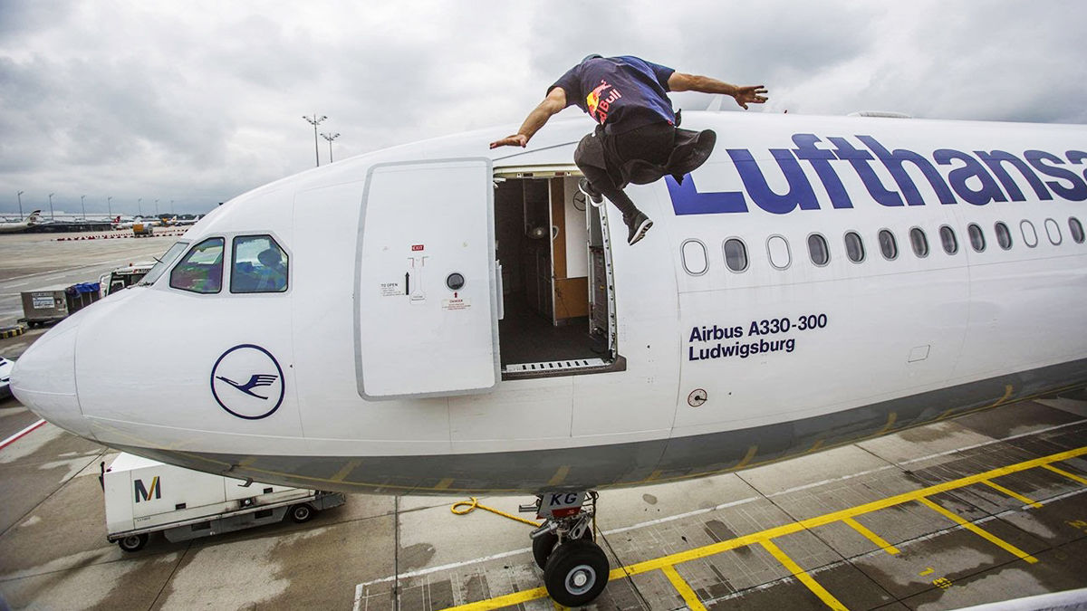 途中から警備員さんを応援したくなるくらい「とんでもない」飛行機搭乗ムービー
