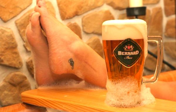 タップからセルフで注ぐビールが1時間飲み放題、しかも「バスタブ」の中で!