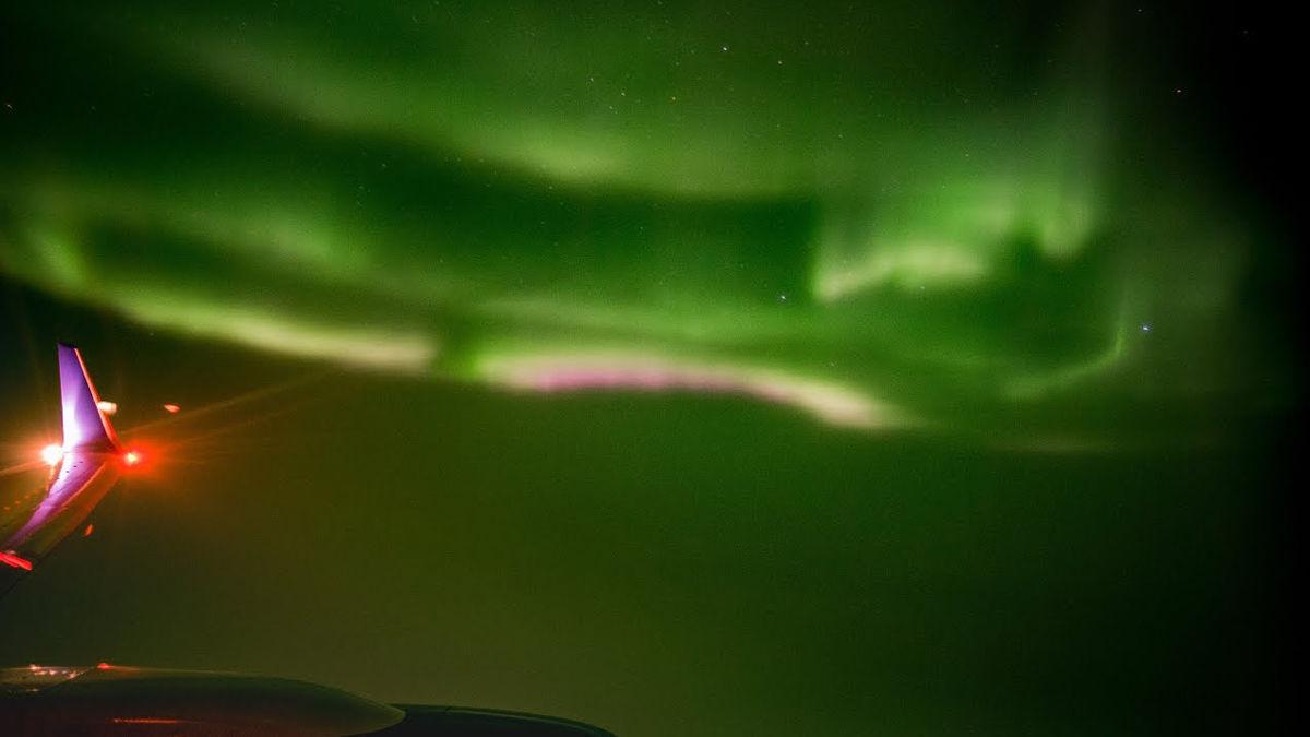 飛行機の窓から偶然見えた「オーロラの輝き」。