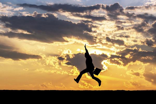跳んでる男性