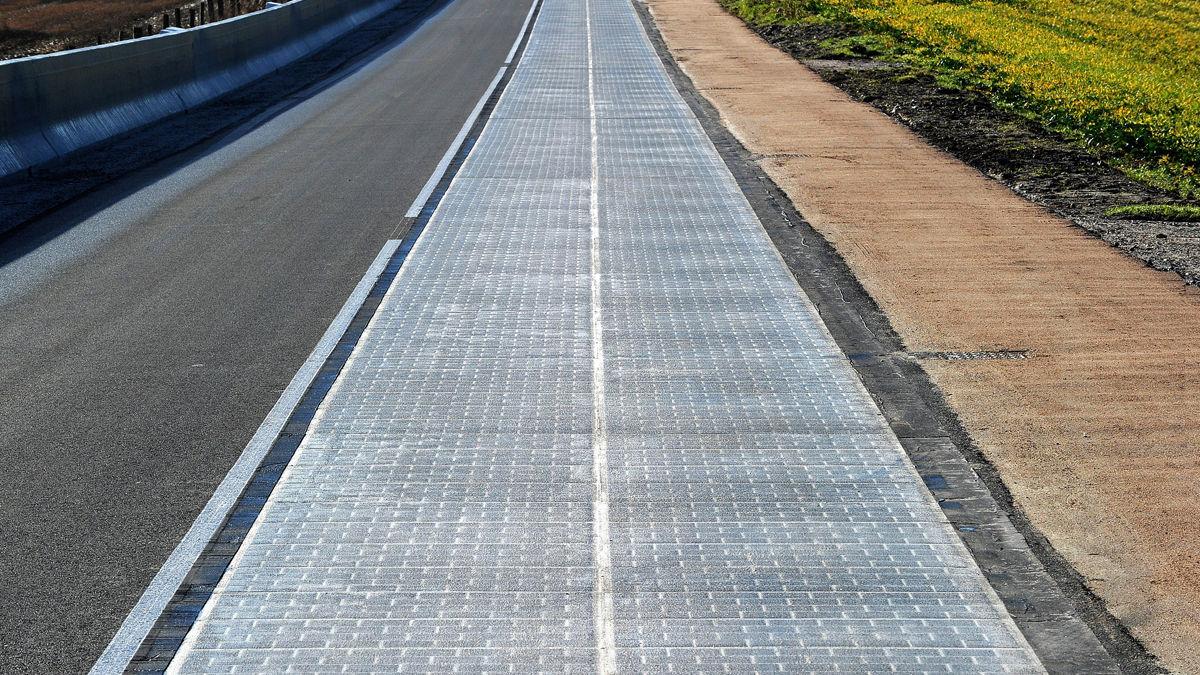 世界で初めて、ソーラー発電できる「道路」が開通(フランス)