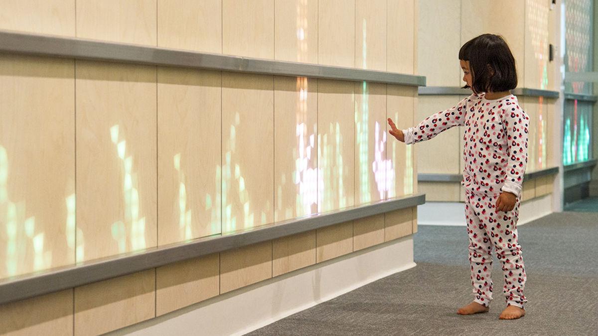 メルボルンの小児病棟に、心を照らす「光の壁」が設置