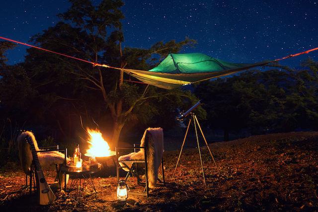 冬の森でグランピング。「星降る森の空中テント」から、夜空を見上げたい。
