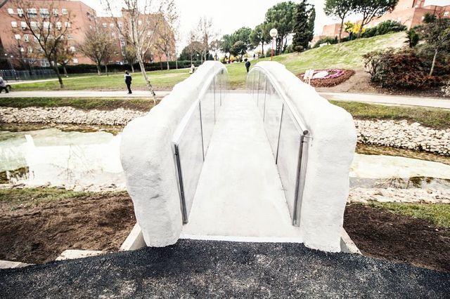 世界初の「3Dプリンター製の橋」は、滑らかな形が特徴的