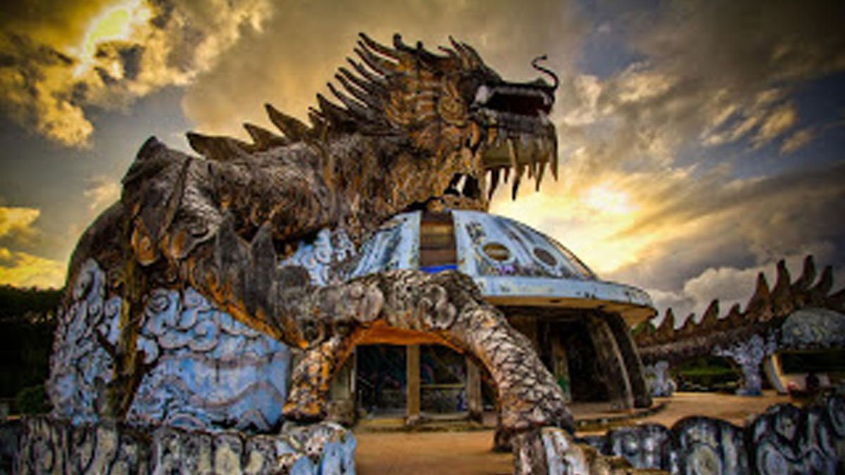 「地図にない廃墟」に集まる旅行者たち(ベトナム・フエ)