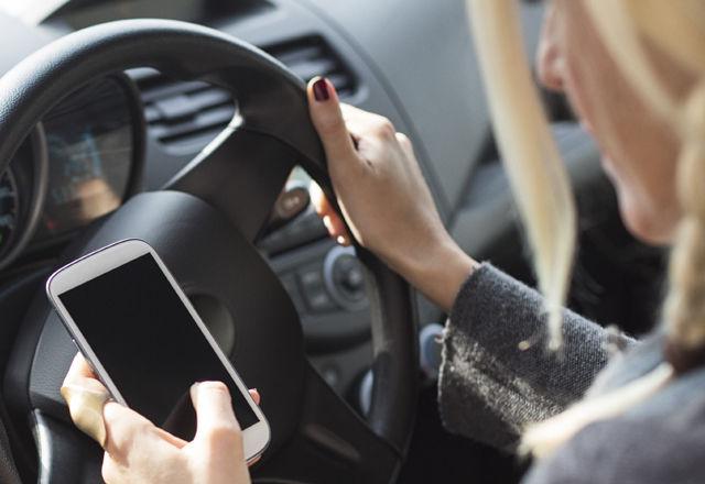 運転中スマホを触ってしまうのは「脳のクセ」(米・研究結果)