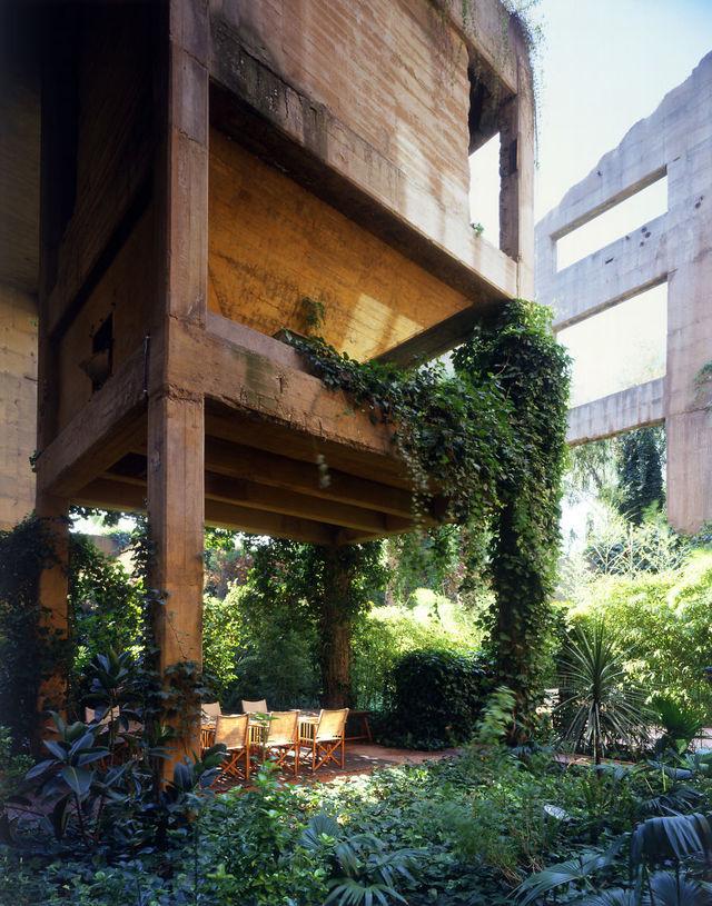 ボロボロの「セメント工場」をリノベーションしたら、お城のような家になった。