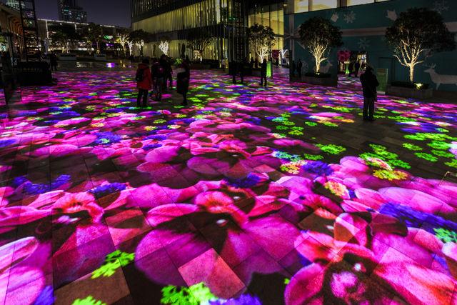 上海の夜に咲く鮮やかなデジタルフラワーガーデン