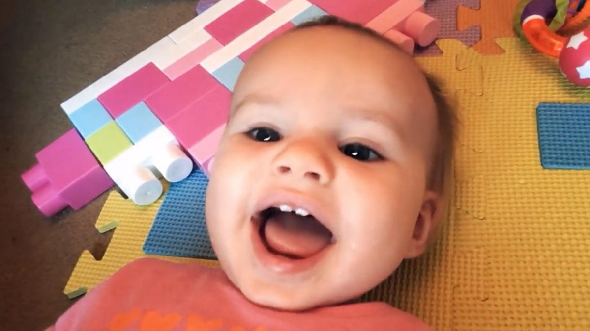 それでは聞いてください。赤ちゃんがゼッタイ笑顔になる曲『The Happy Song』