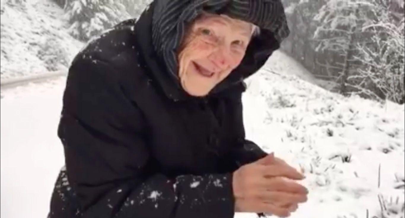 雪を見てはしゃぐ「101歳のおばあちゃん」が話題に