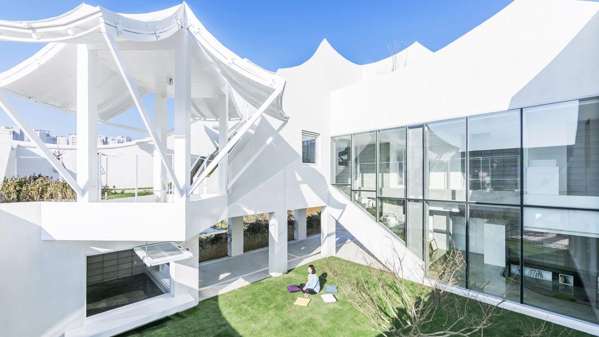 家のど真ん中にある庭に座ると浮遊しているように感じる「空飛ぶ家」