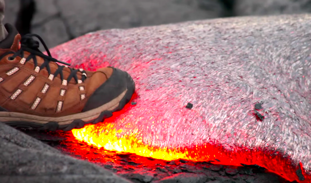 靴底で溶岩を踏んでみたら・・・(動画あり)