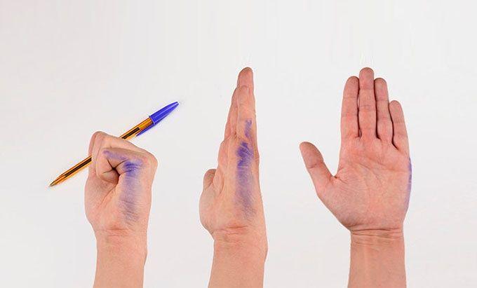 手が汚れない「左利き用ノート」がついに商品化へ