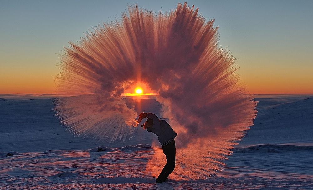 【奇跡の一枚】北極圏の近く(-40℃)でお茶をバシャ!