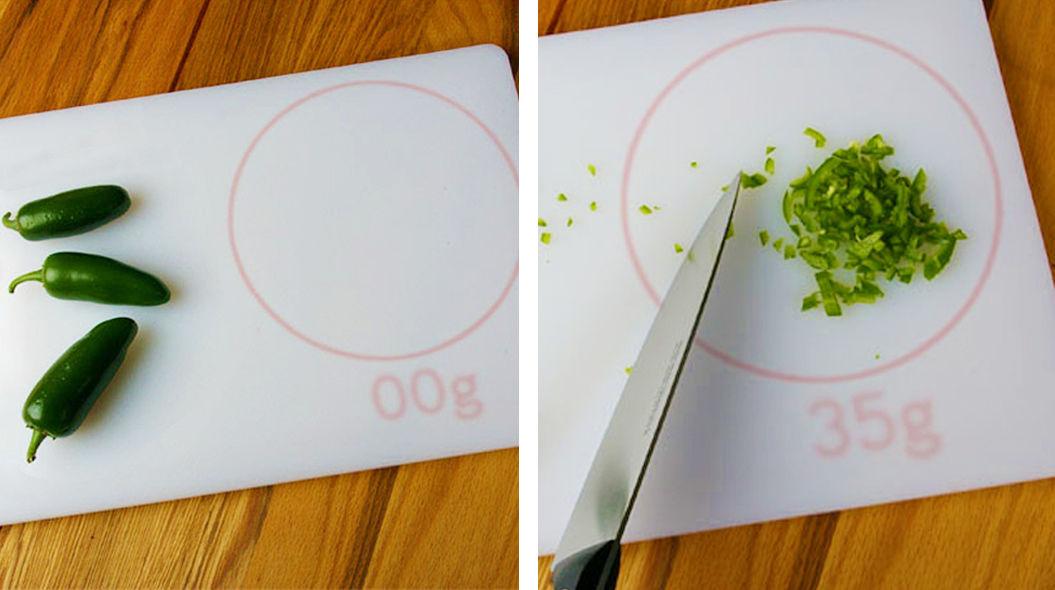 【楽チン】食材を乗せるだけで、重さが計れる「まな板」